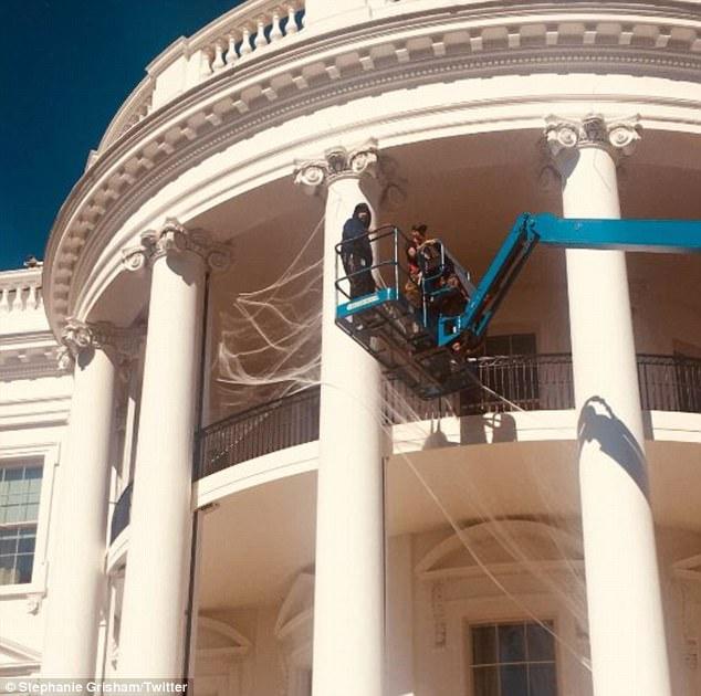 Меланья Трамп обнародовала фото украшенного вчесть Хеллоуина Белого дома