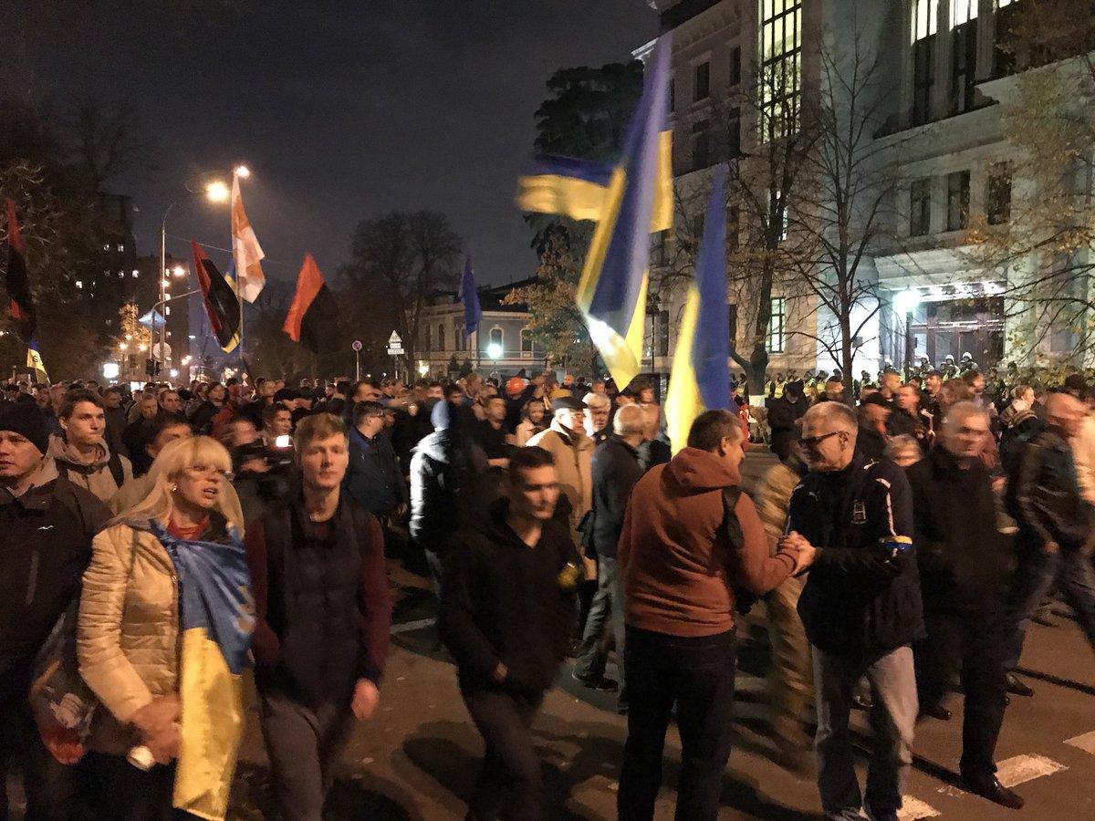 «Киев, вставай!» Митингующие пришли под Администрацию Президента