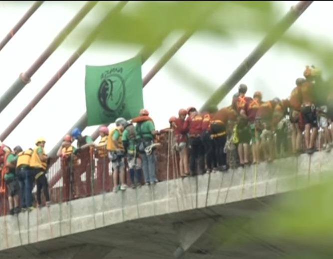 ВБразилии 245 человек прыгнули смоста иустановили рекорд Гиннесса