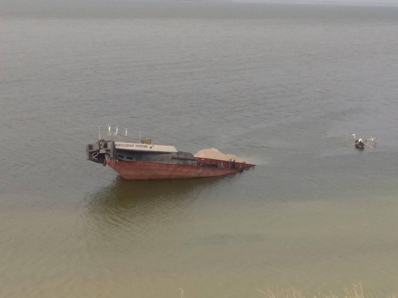 НаХерсонщине затонула баржа: вводу угодила нефть