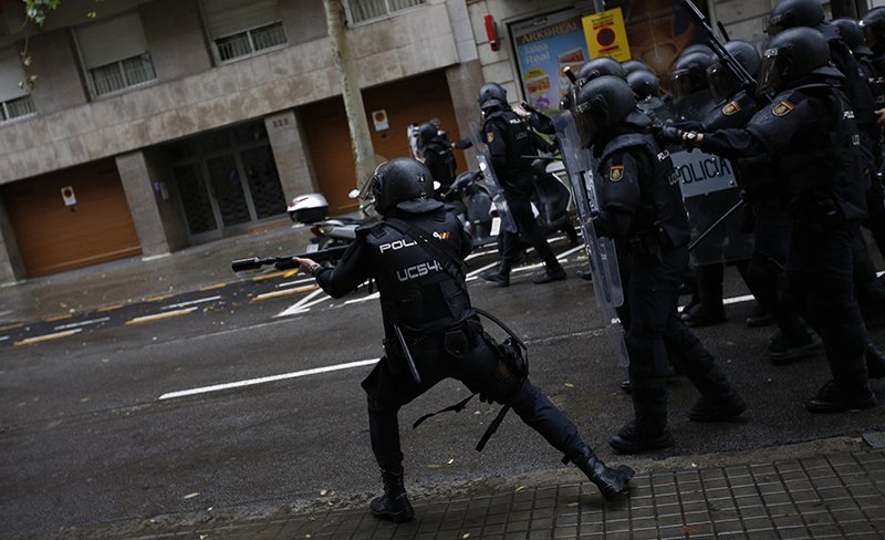Милиция избивает участников референдума вКаталонии— Демократия по-европейски