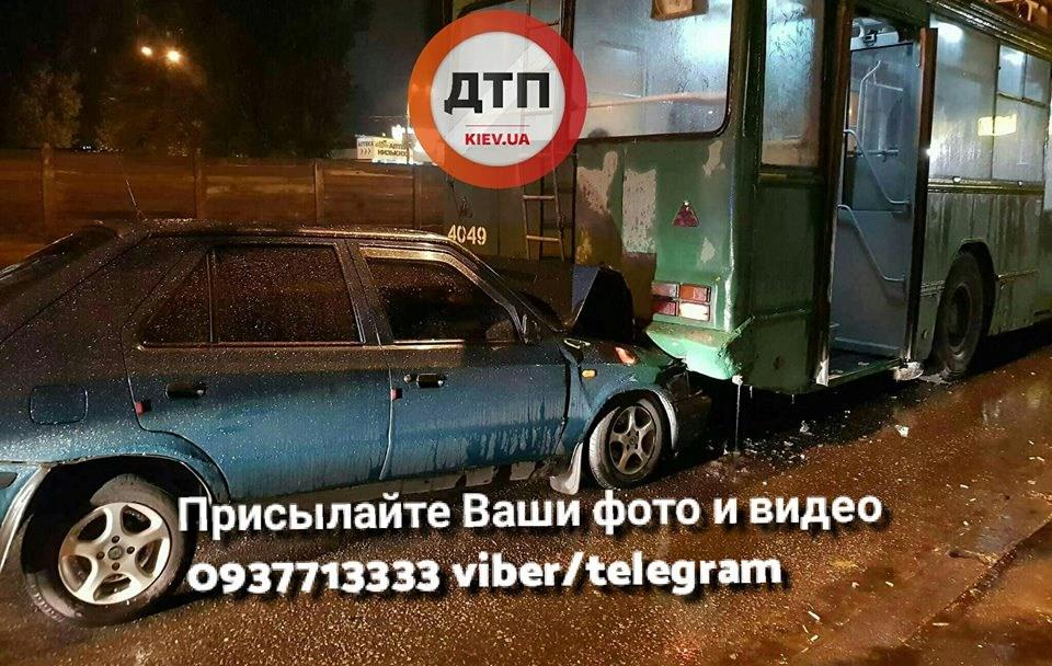 «ЯГройсмана знаю»: ВКиеве нетрезвый  шофёр  въехал втроллейбус