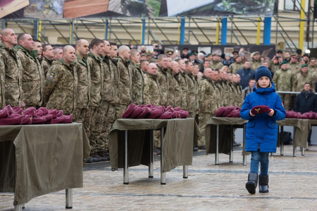 Порошенко переименовал ВДВ иизменил цвет беретов украинских десантников