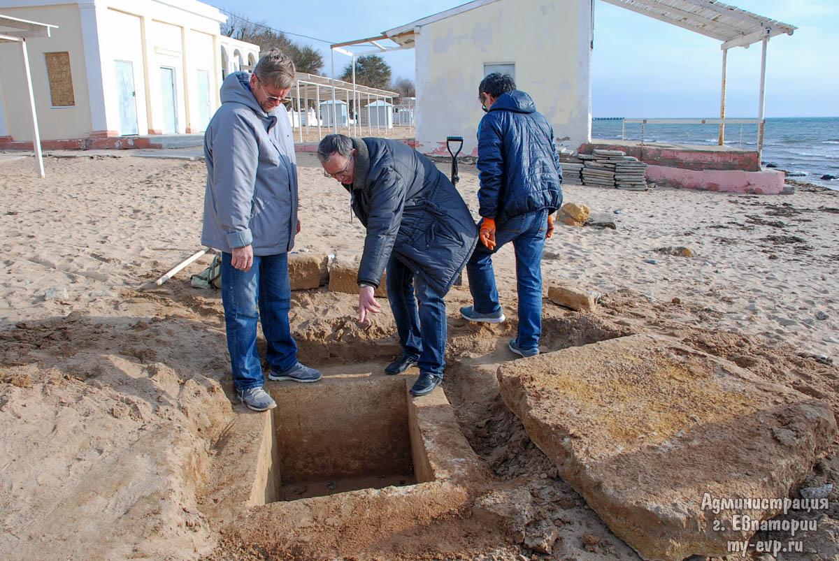 Древнегреческую могилу отыскал на береге вЕвпатории прохожий