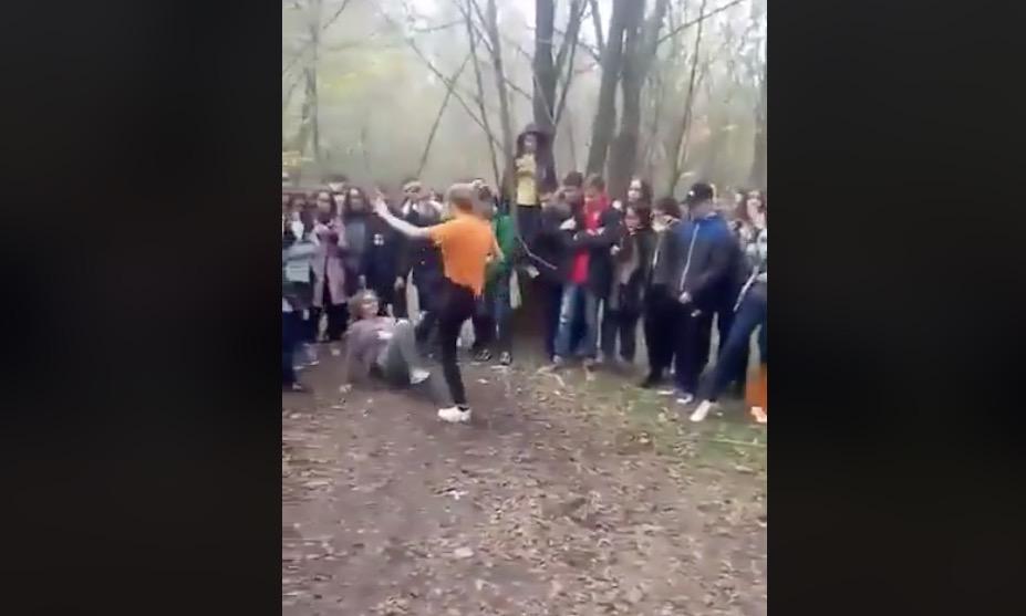 Зверское избиение девушки толпа школьников снимал навидео