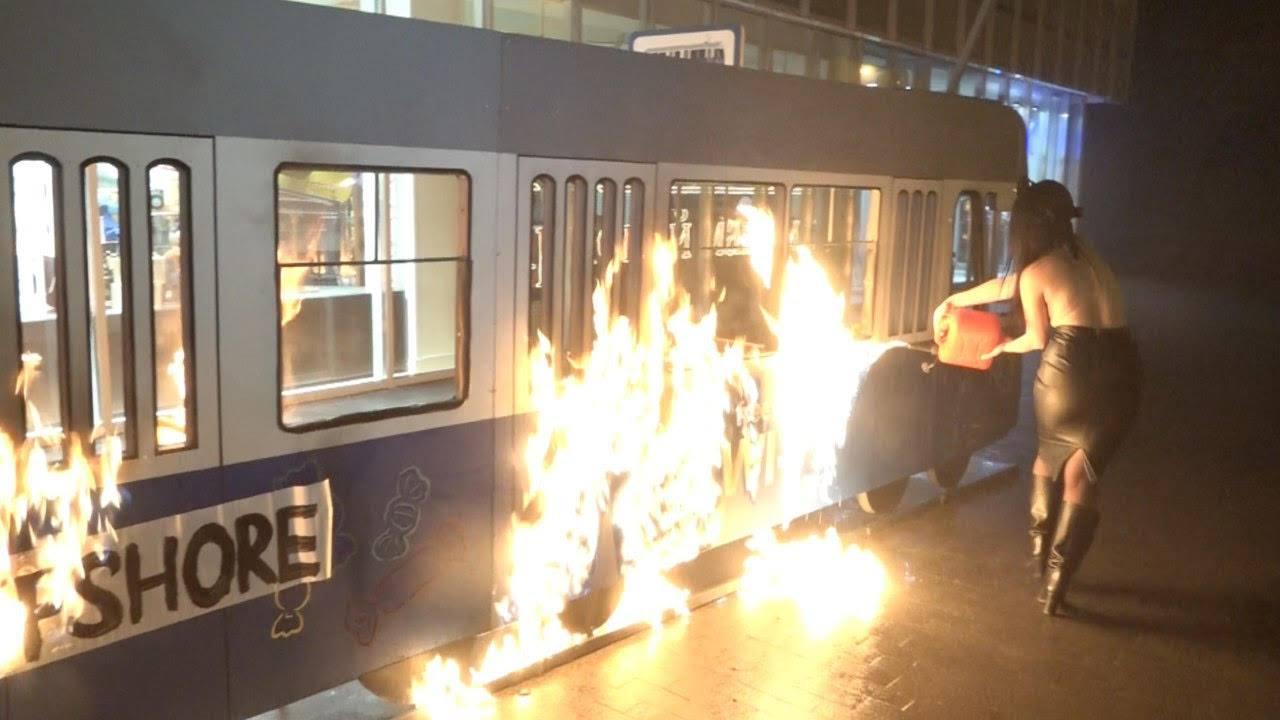 «Трамвай вофшор»: феминистка устроила поджог около магазина «Рошен»
