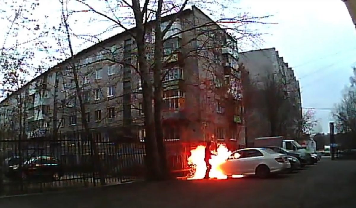 Неизвестный вспыхнул, поджигая иномарку директора «Комсомольской правды» вПерми