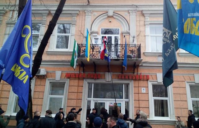 ВЗакарпатье радикалы пытались сжечь флаг Венгрии