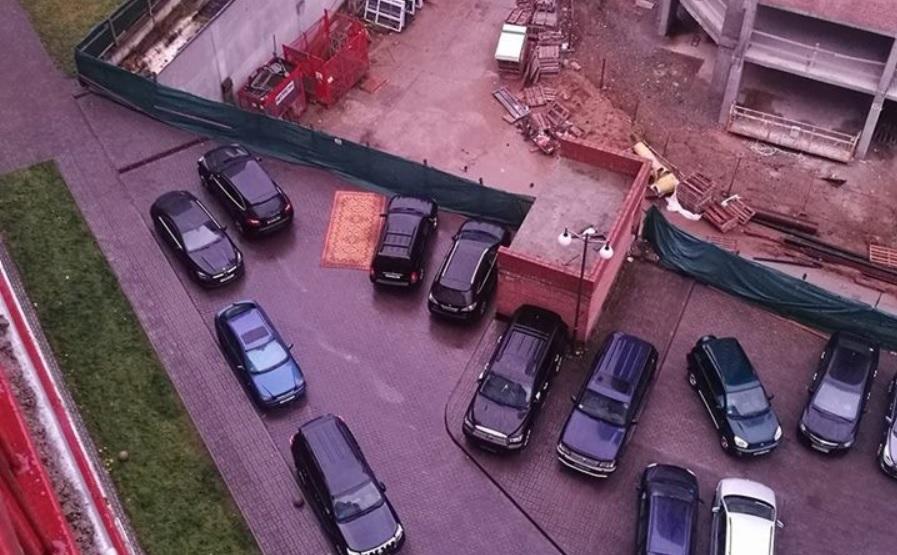 Водитель-«аладдин» изМинска припарковался наковре: курьезное фото