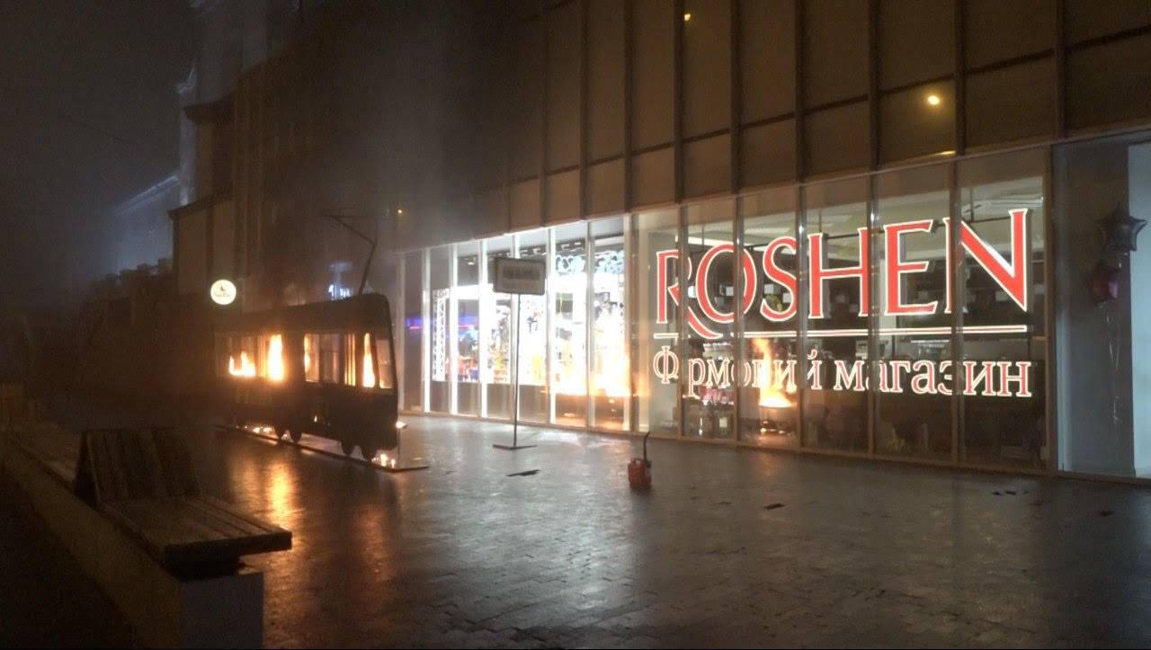 Femen подожгли бутафорный трамвай возле магазина Roshen