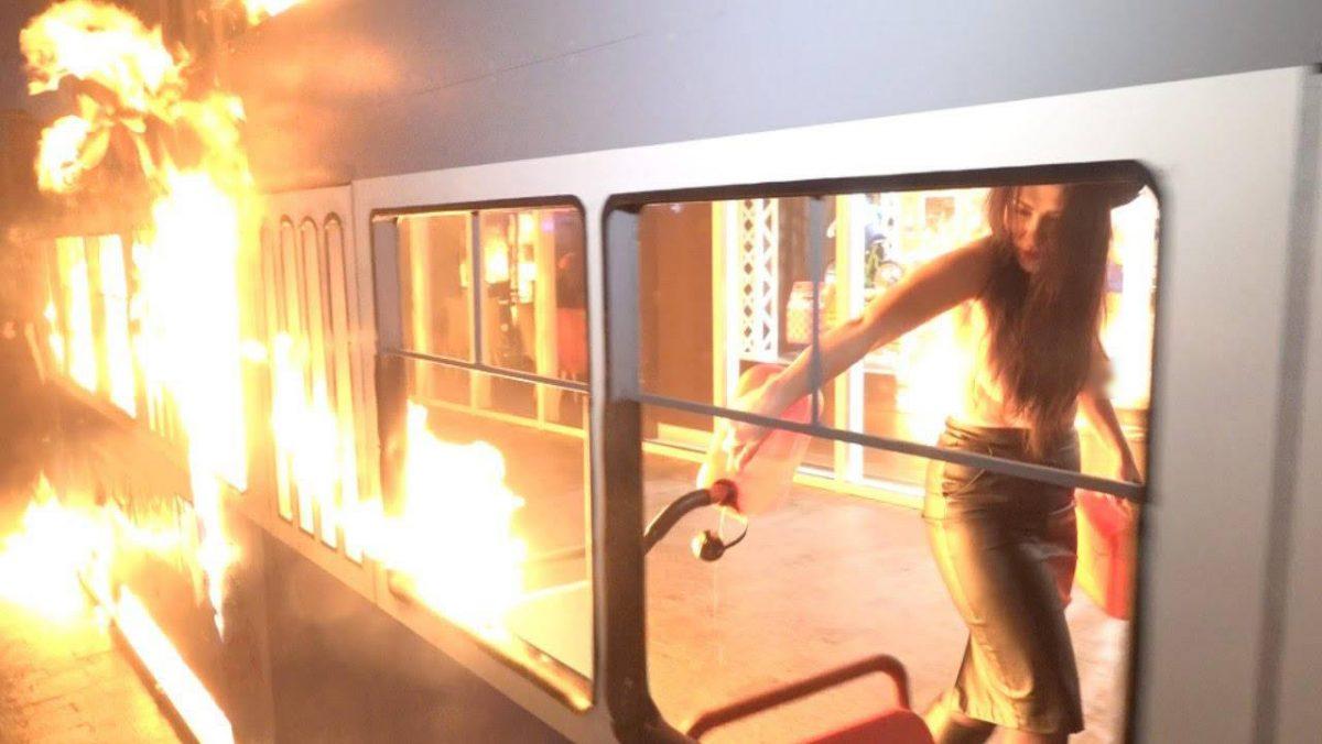 Полуголая активистка Femen подожгла декоративный вагон вВиннице и угодила навидео