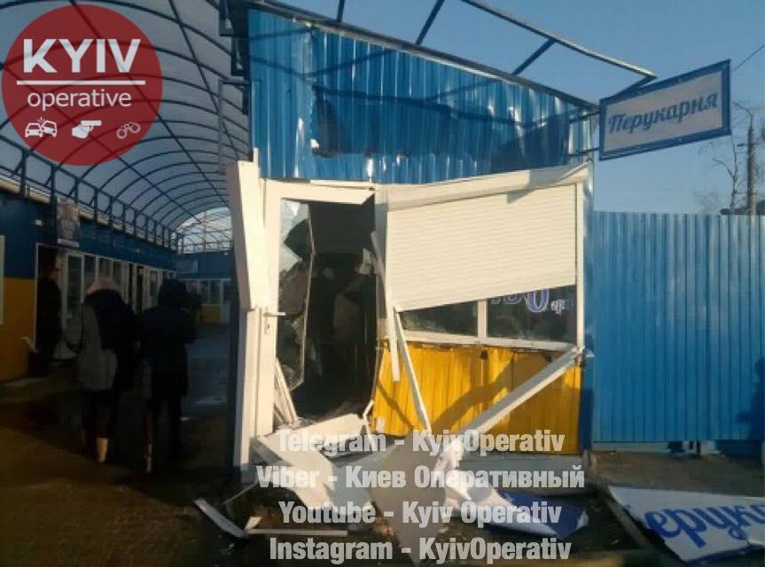 «Учимся жить позакону»: наДарницком рынке вКиеве снесли МАФы