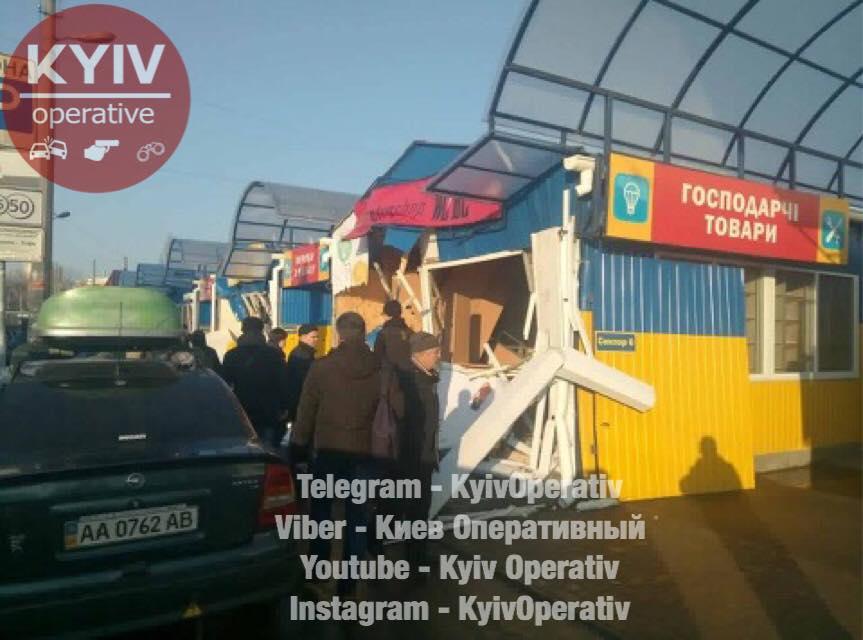 Неизвестные разнесли несколько десятков магазинов наДарницком рынке вКиеве
