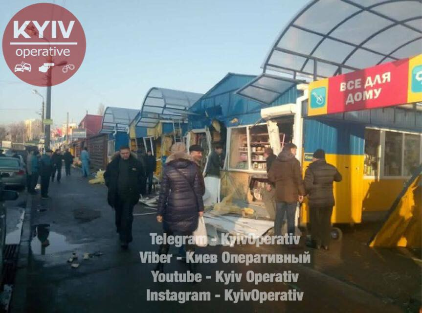 ВКиеве неизвестные разгромили магазины наДарницком рынке