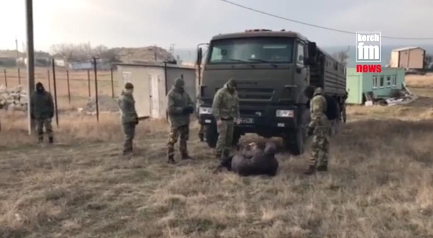 Противоборство ваннексированном Крыму: здешние граждане кидаются под военную технику