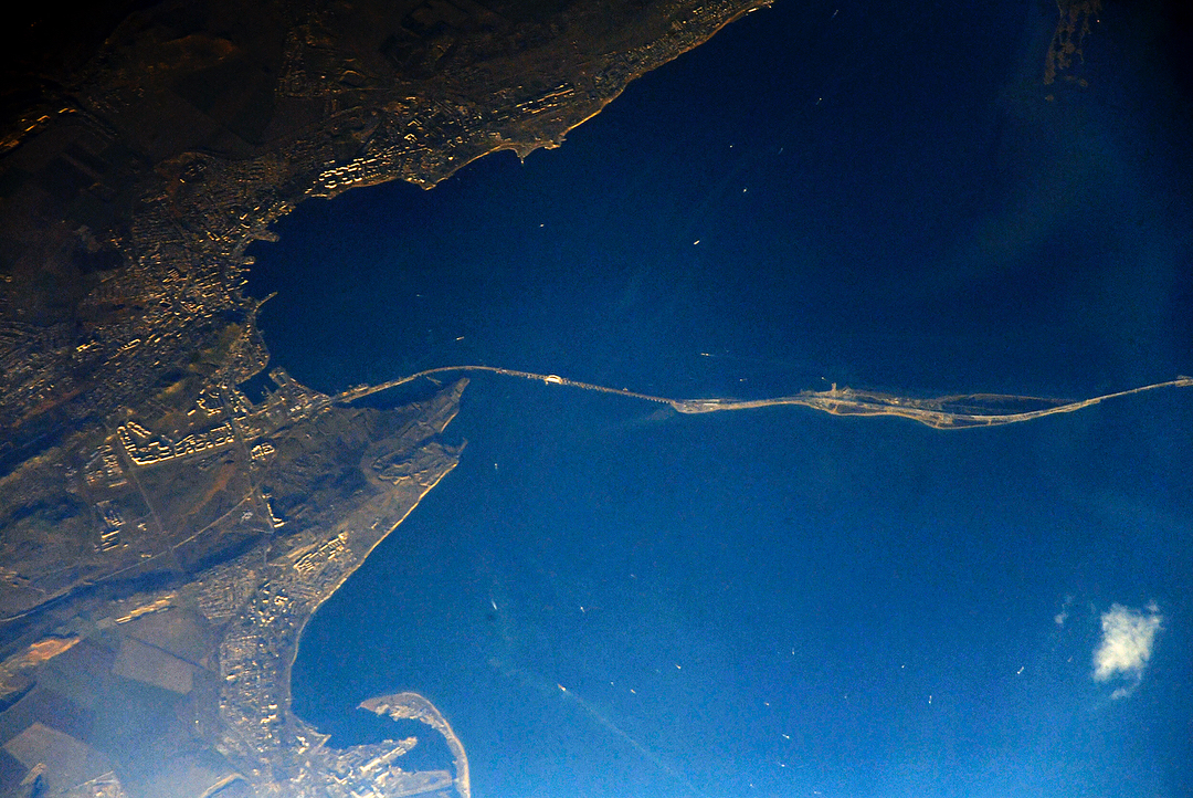 Все, как планировалось: всети интернет размещено фото Крымского моста изкосмоса