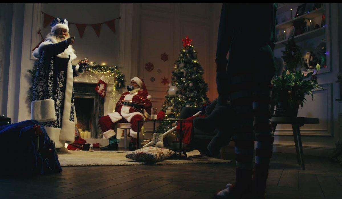 Картину сизображением распятого Санта-Клауса выставили вцентре Нью-Йорка
