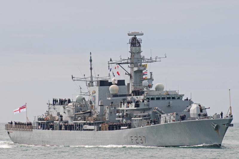 Фрегат ВМС Англии «Вестминстер» сопровождает группу кораблейРФ вЛа-Манше