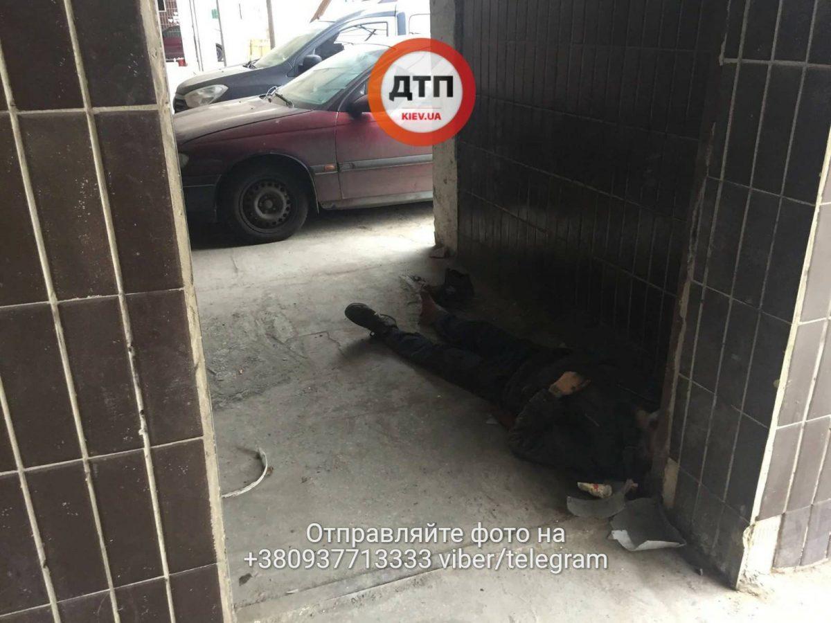 ВКиеве около  клиники  скончался  человек, которого отказались лечить