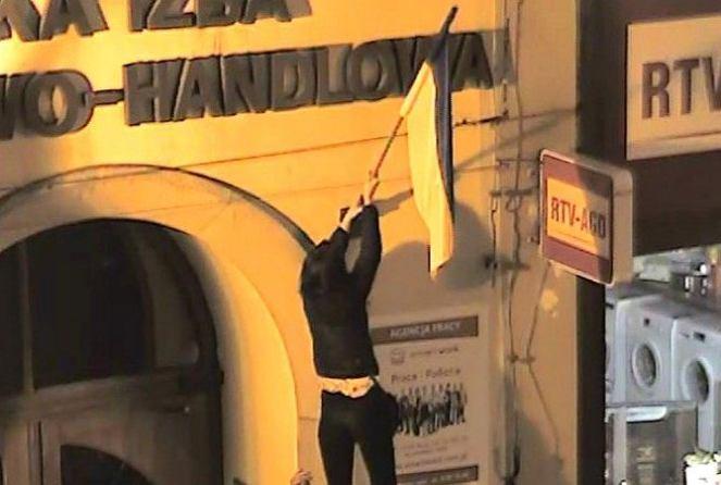 ВПольше молодых людей, которые топтали ногами флаг Украины, обязали выплатить штраф