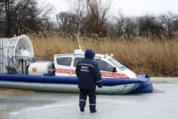 Cотрудники экстренных служб отыскали вреке Днепр, около улицы Набережно-Крещатицкой, тело неведомой женщины