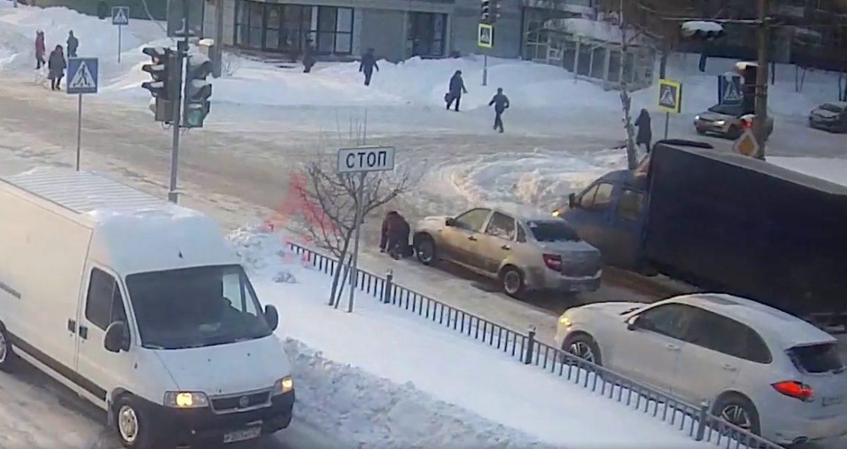 ВЯрославле водитель переехал упавшую папереходе женщину