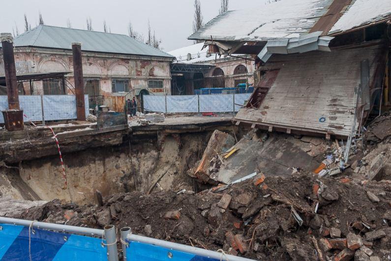 ВХарькове из-за прорыва канализации ушло под землю целое строение — Коммунальное фиаско