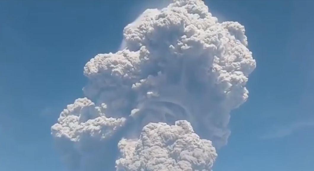 НаСуматре случилось  извержение вулкана Синабунг