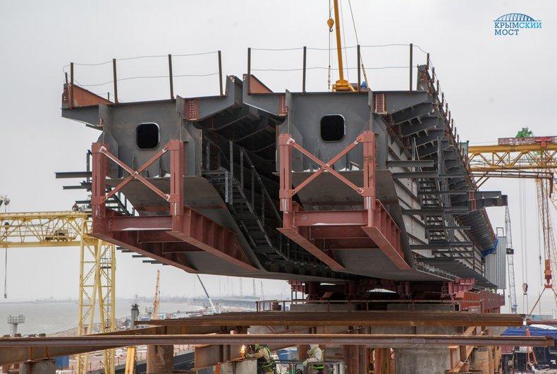 НаКрымском мосту начали устанавливать пролеты под ж/д дорогу