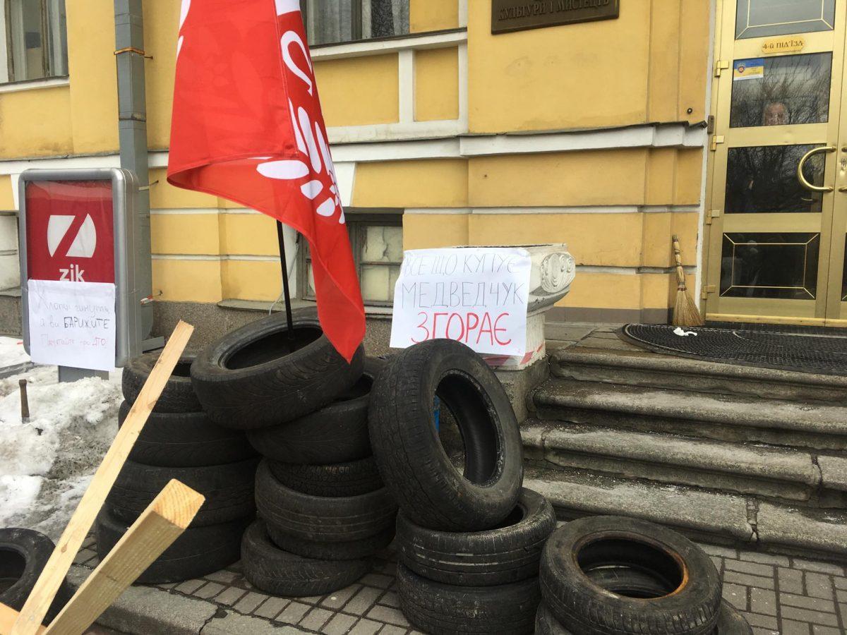 Желает приобрести Медведчук: Активисты «Братства» взяли восаду канал ZIK