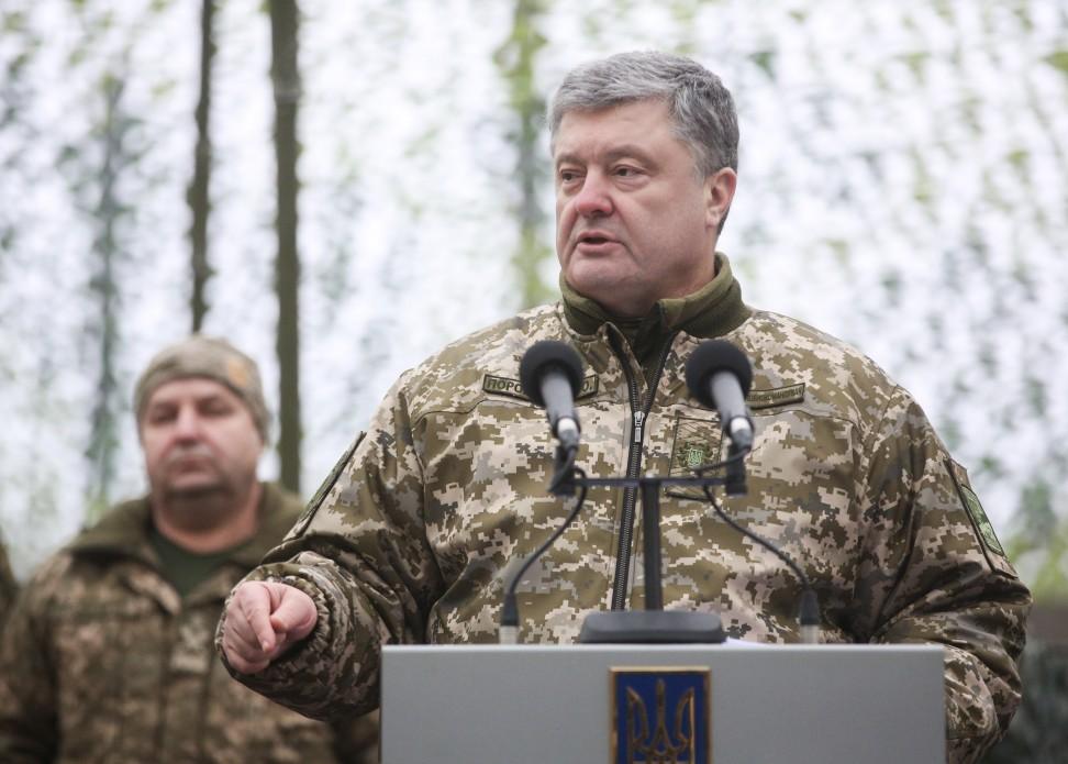 Солдату почетного караула стало плохо заспиной Порошенко— Знаки