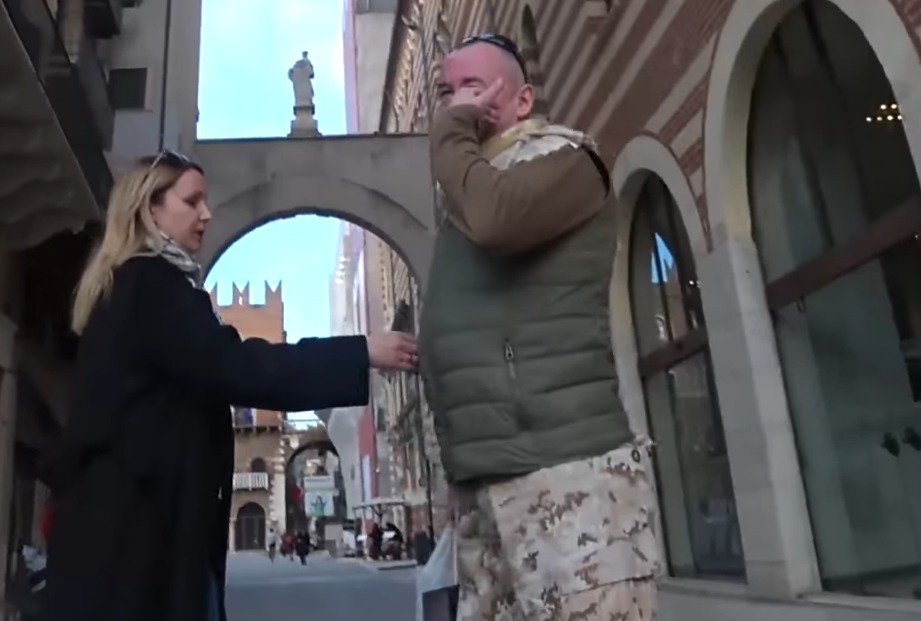 Появились кадры сместа стычки оплеванного корреспондента Шейнина сдесантником вВероне