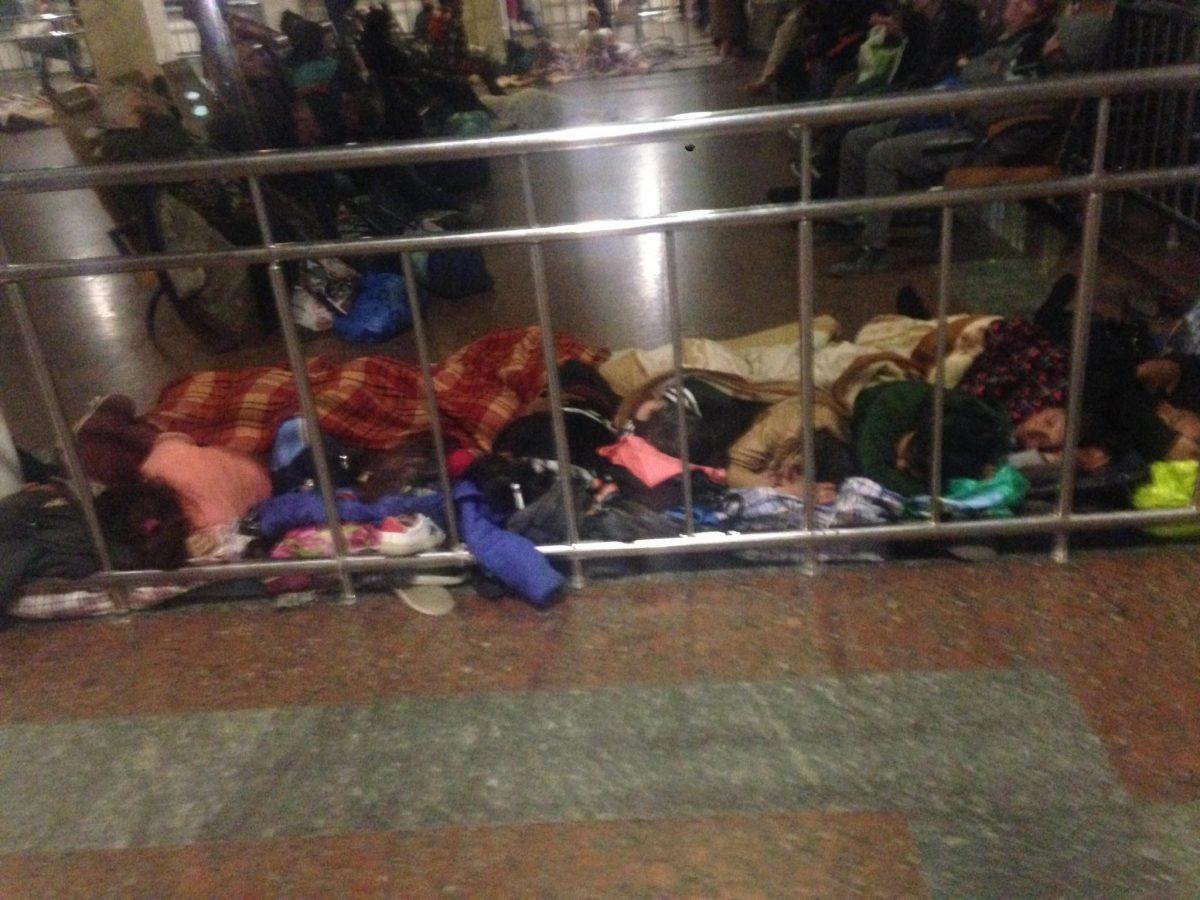Взале ожидания киевского ж/д вокзала обосновался цыганский табор