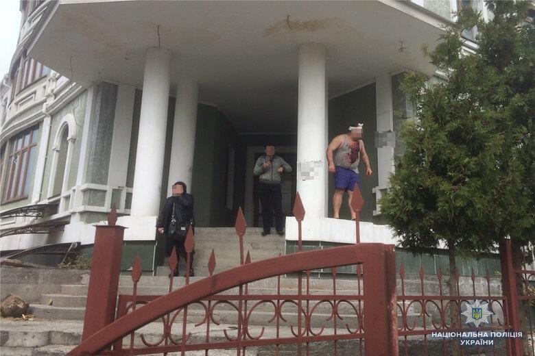 Вооруженные титушки атакуют дом с эмигрантами вКиеве,— народный депутат