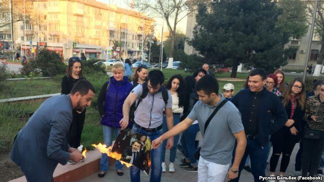 «Они попадут вад»: вСимферополе сожгли портреты Трампа, Мэй иМакрона