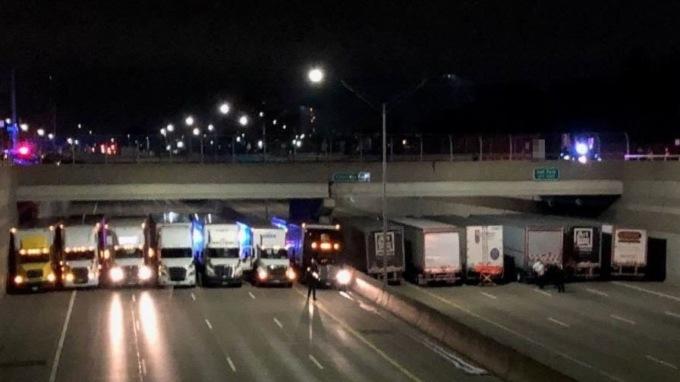ВСША водители выстроили фуры под мостом, чтобы спасти самоубийцу