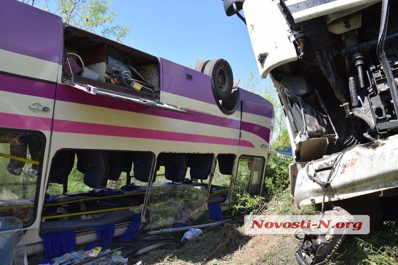 Под Николаевом зерновоз протаранил два автобуса, неменее десятка пострадавших