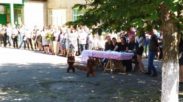 """В торецкой школе простились с девочкой, погибшей при обстреле боевиков. """"Война на Донбассе"""""""