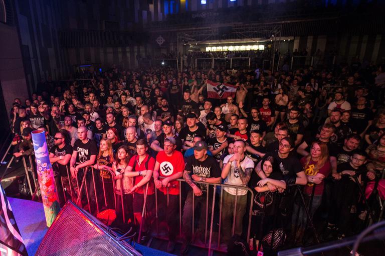 ВКиеве наконцерт собрались десятки людей снацистской символикой