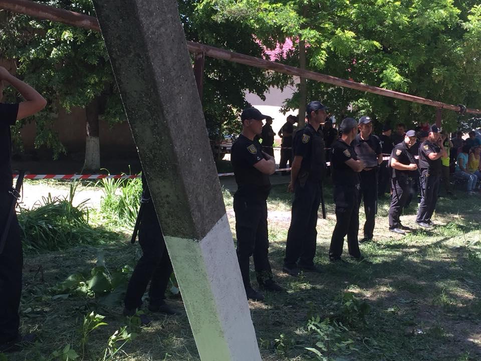 Из-за конфликта наизбирательном участке пострадало 13 полицейских