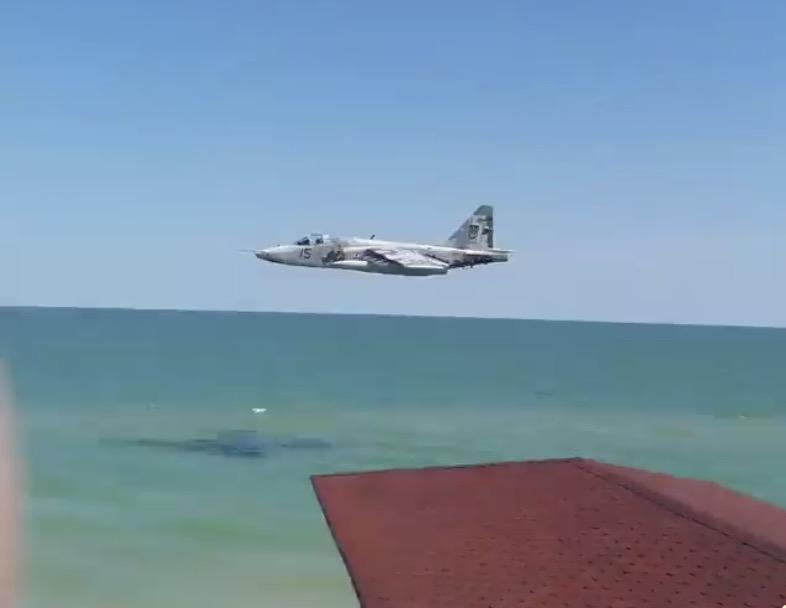 Над пляжем вКирилловке пронесся украинский штурмовик Су-25— Привет оккупантам
