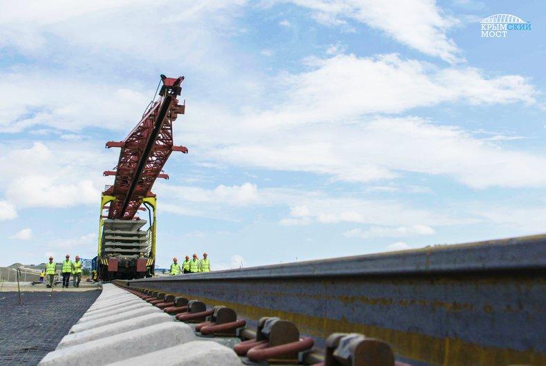 На Крымском мосту начали укладку железнодорожных рельс