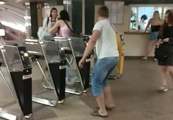 Вкиевском метро мужчина обменял 2300 жетонов