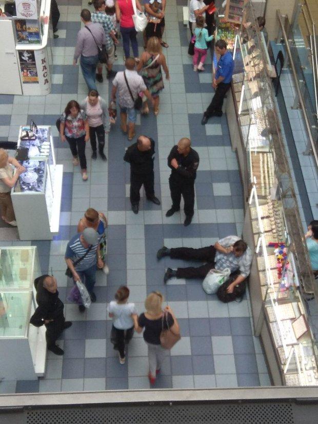 В киевском ТЦ охранники без причины отправили в нокаут покупателя. Видео 1