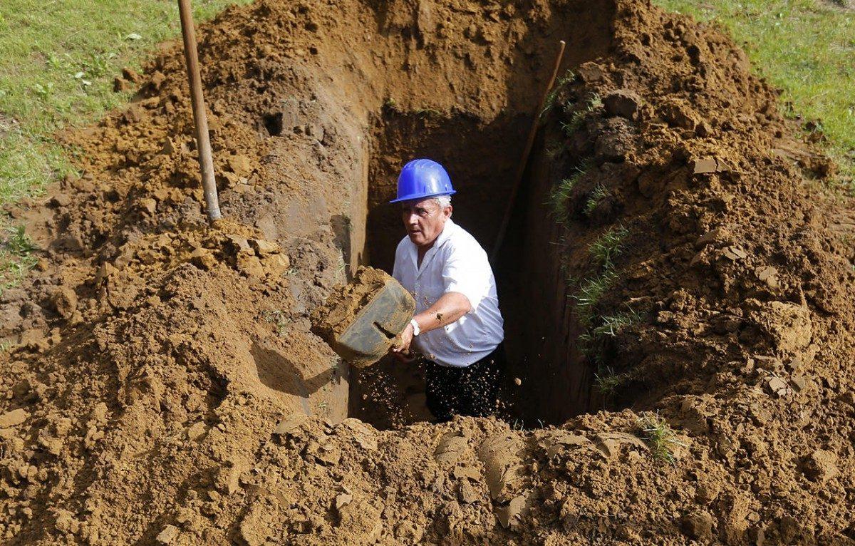 Руками своими копаем мы себе могилу